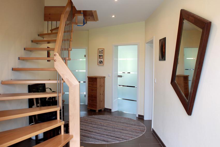 Charmant Eingangsbereich Mit Glastüren Zu Küche Und Wohnzimmer Sowie Standard Treppe